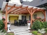 Zadaszenie patio z wykorzystaniem drewnianych słupów